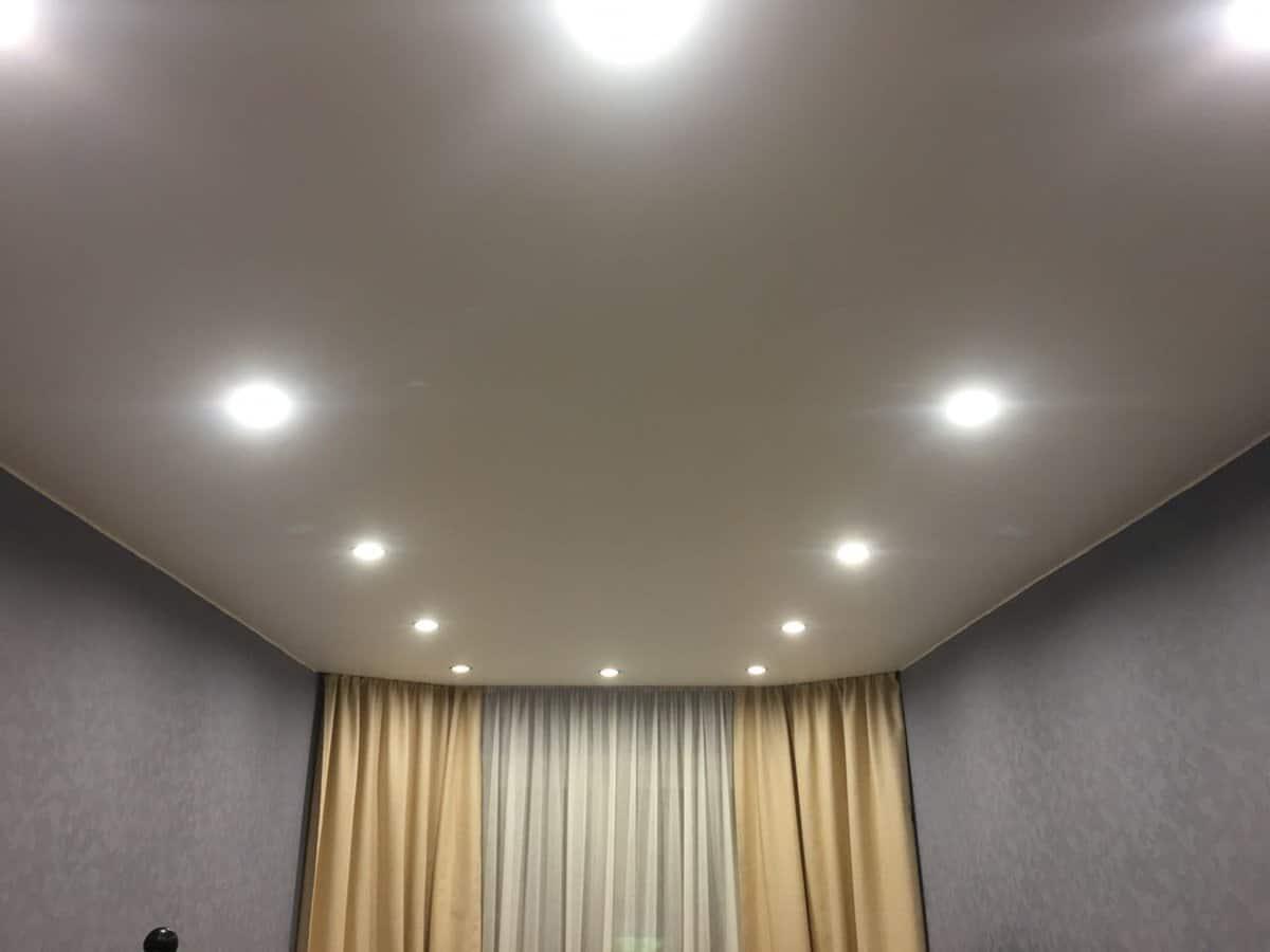 возраст добавил потолок с точечными светильниками фото этой косе